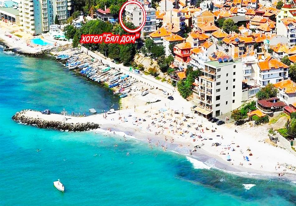 Нощувка на човек в стая с изглед море само за 19лв. в хотел Бял дом, на първа линия в Поморие!