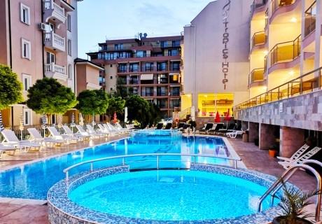 Август в Свети Влас на 100м. от плажа! Нощувка със закуска на човек + басейн в хотел Тропикс