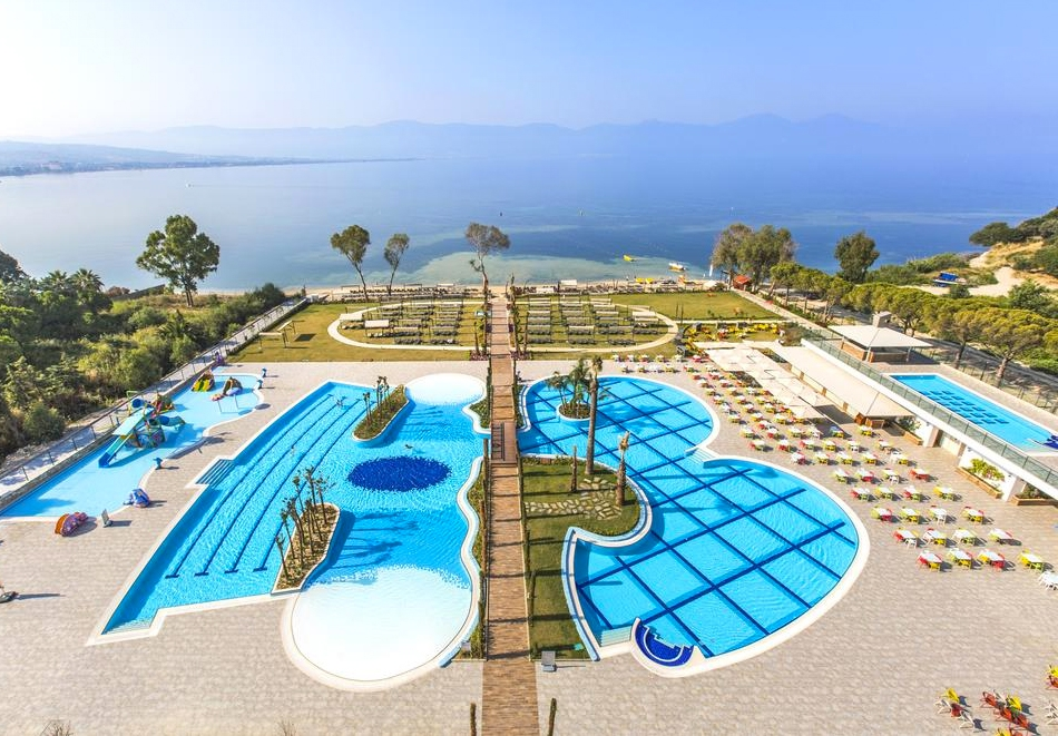 5 нощувки на човек на база Ultra All Inclusive + 3 басейна, мини аквапарк и частен плаж от хотел Amara Sea Light 5* в Кушадасъ, Турция!