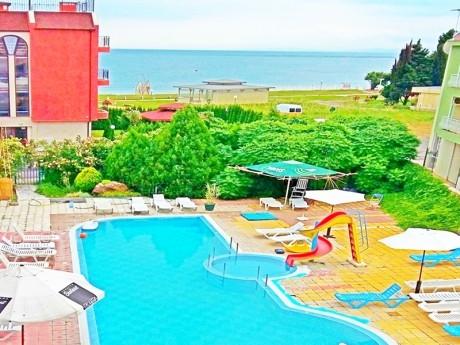 Нощувка на човек със закуска и вечеря + басейн на 50 метра от плажа в хотел Хит, Равда