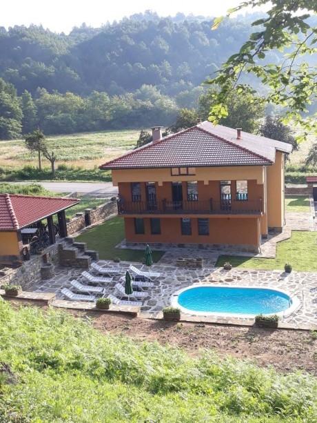 Нощувка за до 18 човека + басейн и битова механа в къща Детелина около Троян - с. Горно Трапе