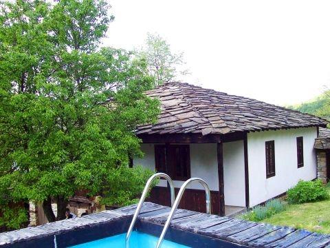 Нощувка за до 5 човека + трапезария, барбекю и басейн в Тачева къща в Боженци
