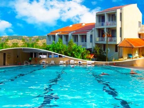 Нощувка на човек + плувен минерален басейн и джакузи в хотел Карталовец, Сандански
