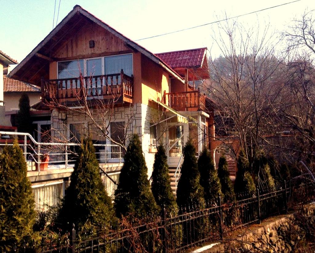 Нощувка за до 8 човека + сезонен басейн, механа и барбекю в Къщата с трите веранди в Берковица