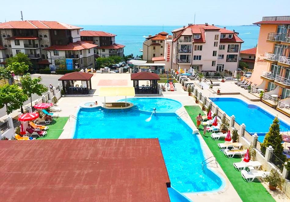 2, 3 или 5 нощувки на база All inclusive на човек + басейн на 50 м. от плажа от хотел Корона, Свети Влас. Дете до 12г. - безплатно
