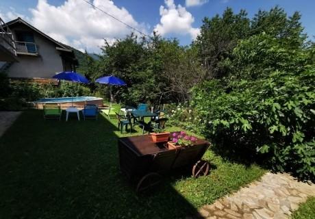 Нощувка за до 13 човека + механа, барбекю и басейн в къща Аква в Правец
