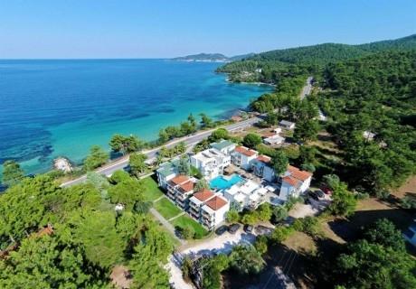 Края на лятото в  в хотел Esperides***  на о.Тасос, Гърция! Нощувка на човек със закуска + басейн на 30 метра от морето