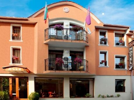Нощувка на човек със закуска в хотел Лъки, Велико Търново