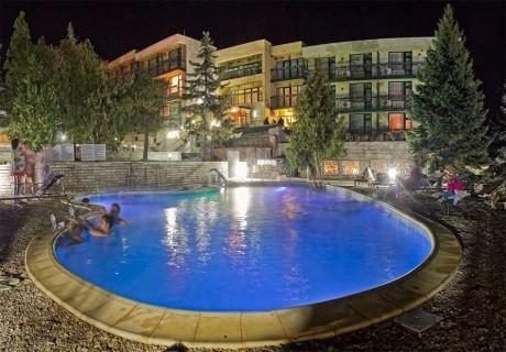 Делник до Костенец! Нощувка за ДВАМА със закуска и вечеря + напитки, масаж и 2 минерални басейна от хотел Виталис, к.к. Пчелински бани