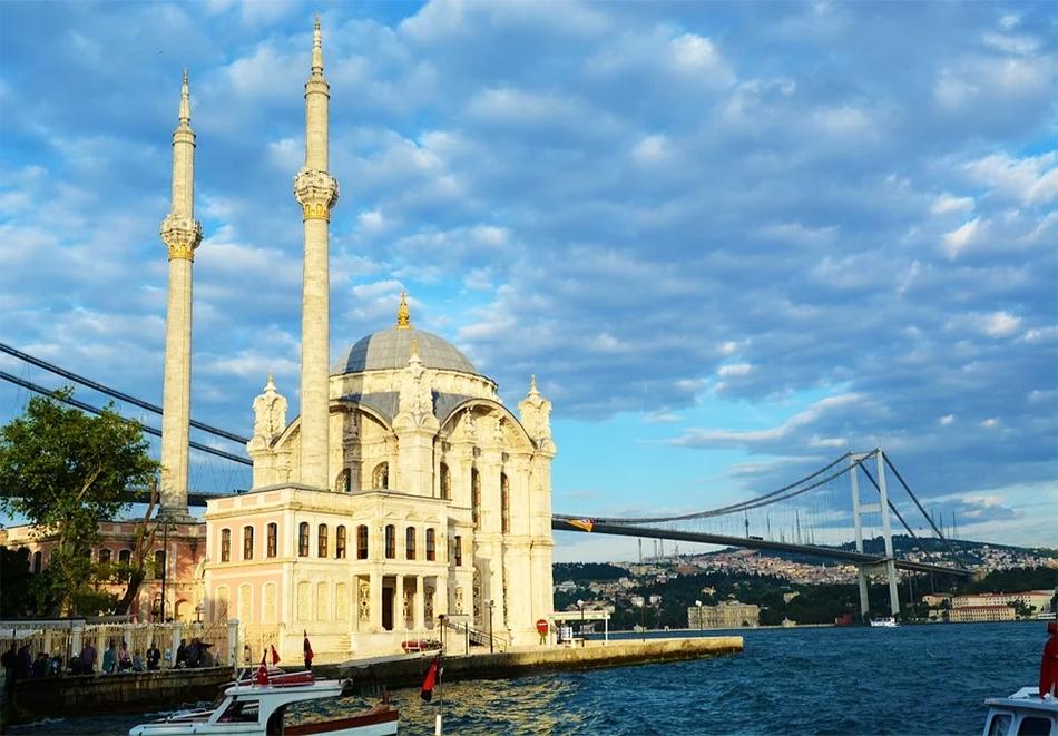 Предколедна екскурзия до Истанбул! Транспорт + 2 нощувки на човек със закуски + панорамна обиколка на Истанбул. Тръгване от София с Караджъ Турс