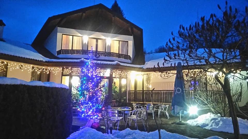 Коледа в Априлци! 2 или 3 нощувки на човек със закуски и вечери, 2 празнични в хотел Балкан Парадайс