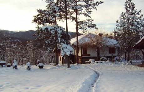 Нощувка в самостоятелна къща за 15 човека + механа, барбекю и обширен двор - Никифорова къща в Еленския Балкан - с. Мийковци