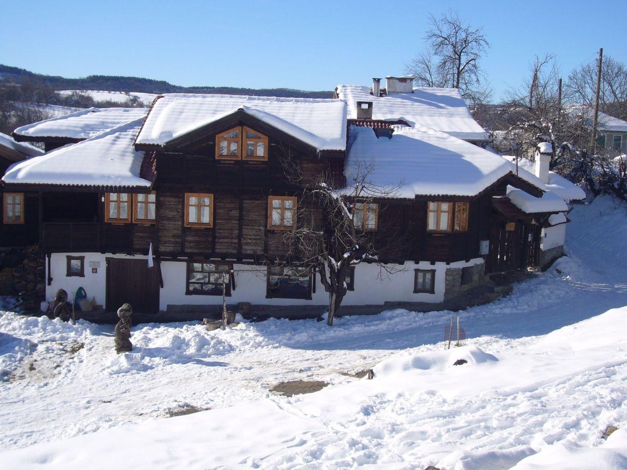 Почивка край Елена! Нощувка за 16 или 20 човека в къщи Кандафери 1 и 2 в типичен архитектурен стил - с. Мийковци