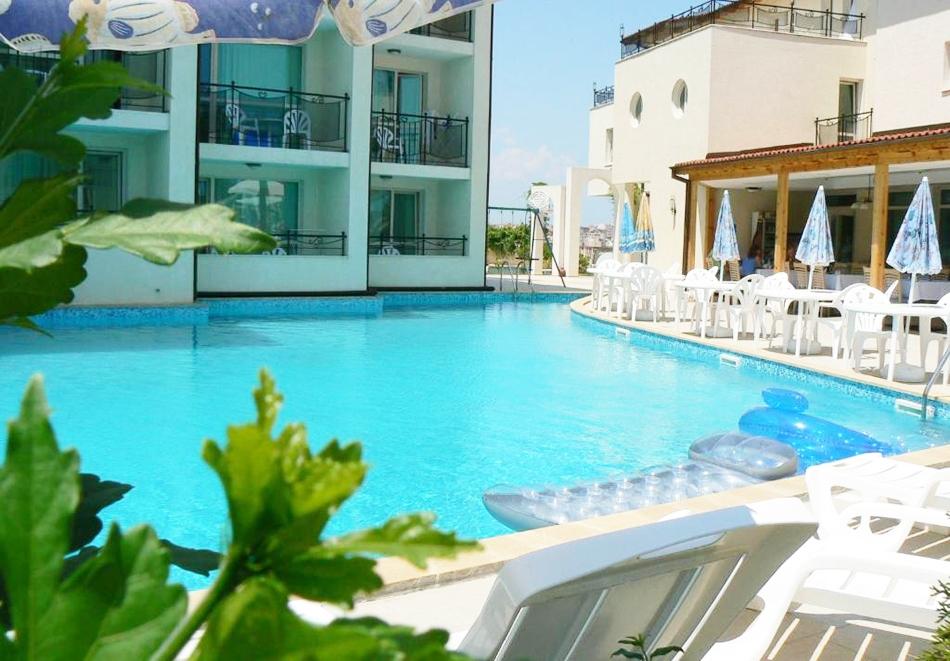 Нощувка на човек + басейн в хотел Калисто, Созопол на 200м. от плажа