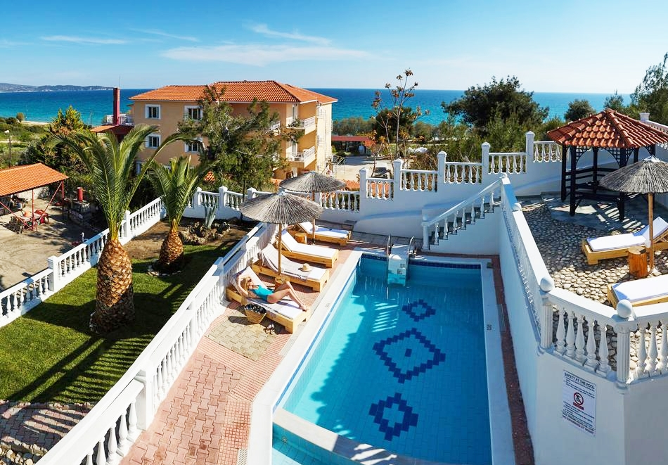 Ранни записвания за море през май и юни 2020г.! Нощувка на човек в апартамент с оборудвана кухня + басейн на 200 метра от плажа във Villa Fylaktos