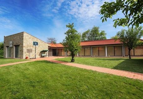 Почивка до Плевен! Наем на луксозна къща за до 16 човека + барбекю от Къща Чудна, село Бресте, Червен бряг
