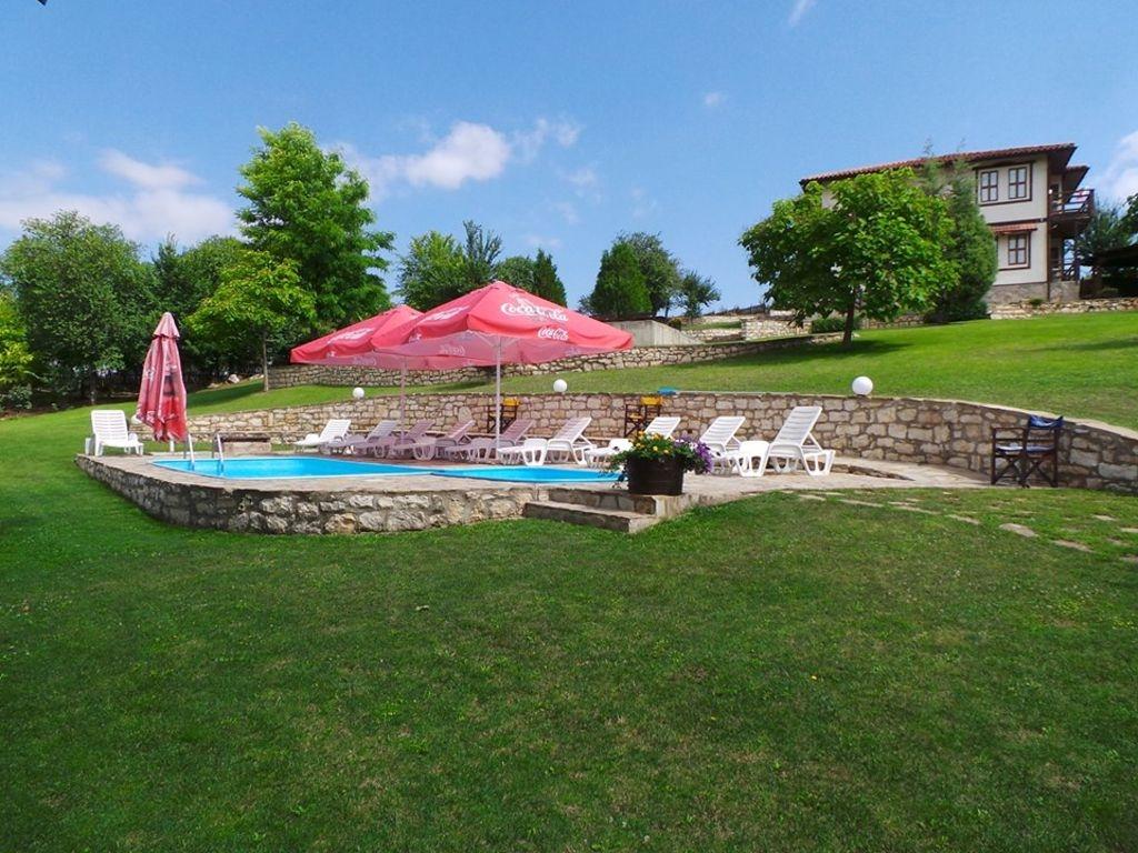 Нощувка за 6, 12 или 18 човека + басейн, механа, външно барбекю и детски кът в комплекс Каменни двори - с. Генерал Киселово - Варна