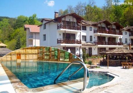 Нощувка на човек със закуска и вечеря + минерален басейн и релакс зона в хотел Петрелийски