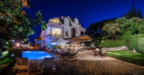 Нощувка за двама, трима или четирима в апартамент от Семеен хотел Миления, на 200м. от плажа в Слънчев Бряг