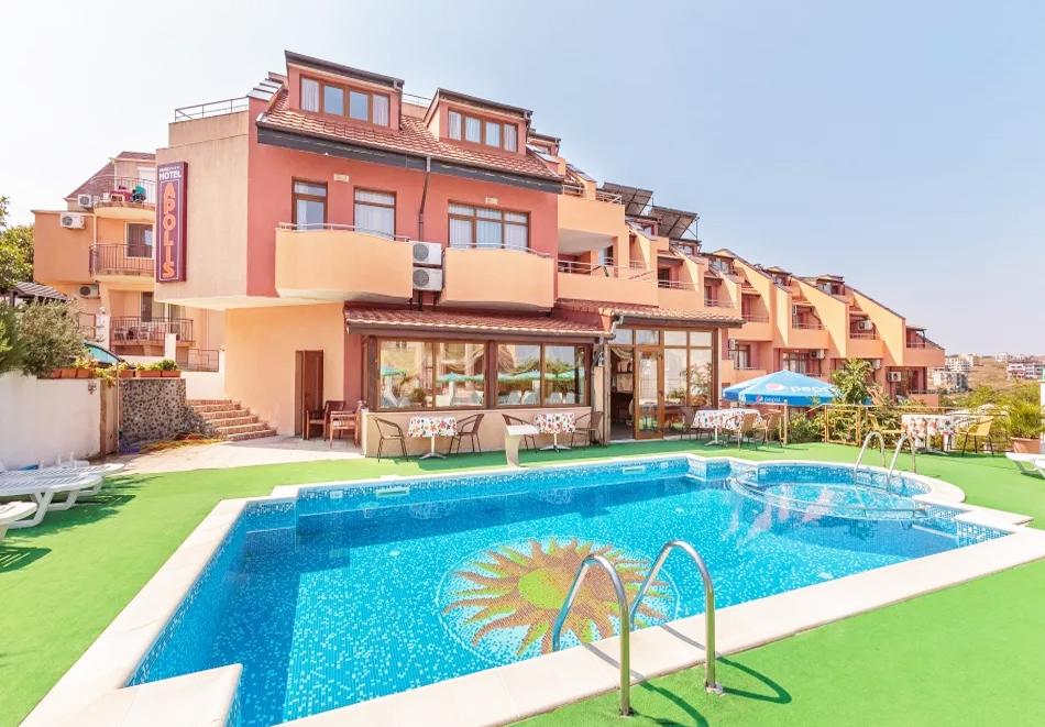 Нощувка на човек + басейн от хотел Аполис, на 70м. от плажа в Созопол