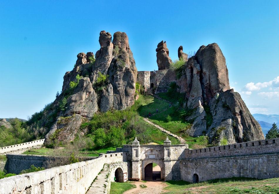 Еднодневна автобусна екскурзия до Белоградчишките скали, крепостта Калето и пещерата Магурата през април на ТОП цена от ТА Поход