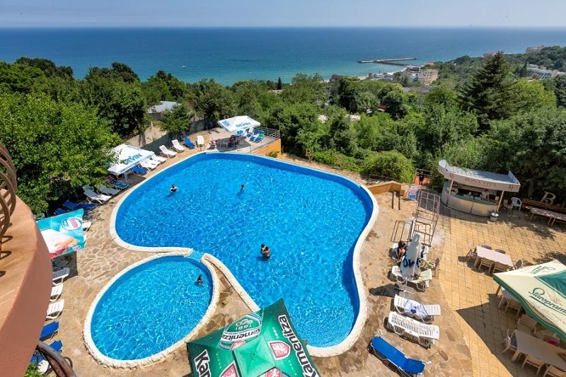 Нощувка на човек на база All Inclusive + басейн, чадър и шезлонг на плажа от хотел Аргищ Палас***, Златни пясъци. Дете до 12г - Безплатно!