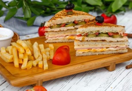 2 броя Троен Клуб сандвич и 2 броя свежи салати микс с гръцки маслини от Кулинарна работилница Деличи, София