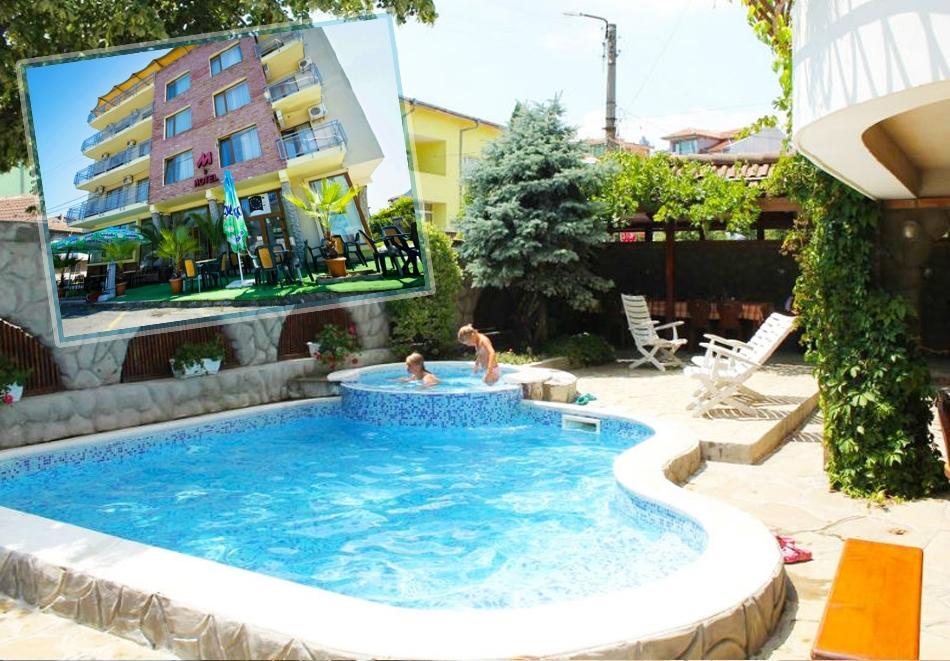 Нощувка на човек със закуска или закуска и вечеря + басейн в семеен хотел М2, Приморско