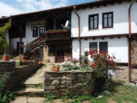 Нощувка за 13 човека + конна езда, басейн, механа и барбекю в Балканджийска къща край Габрово - с. Живко