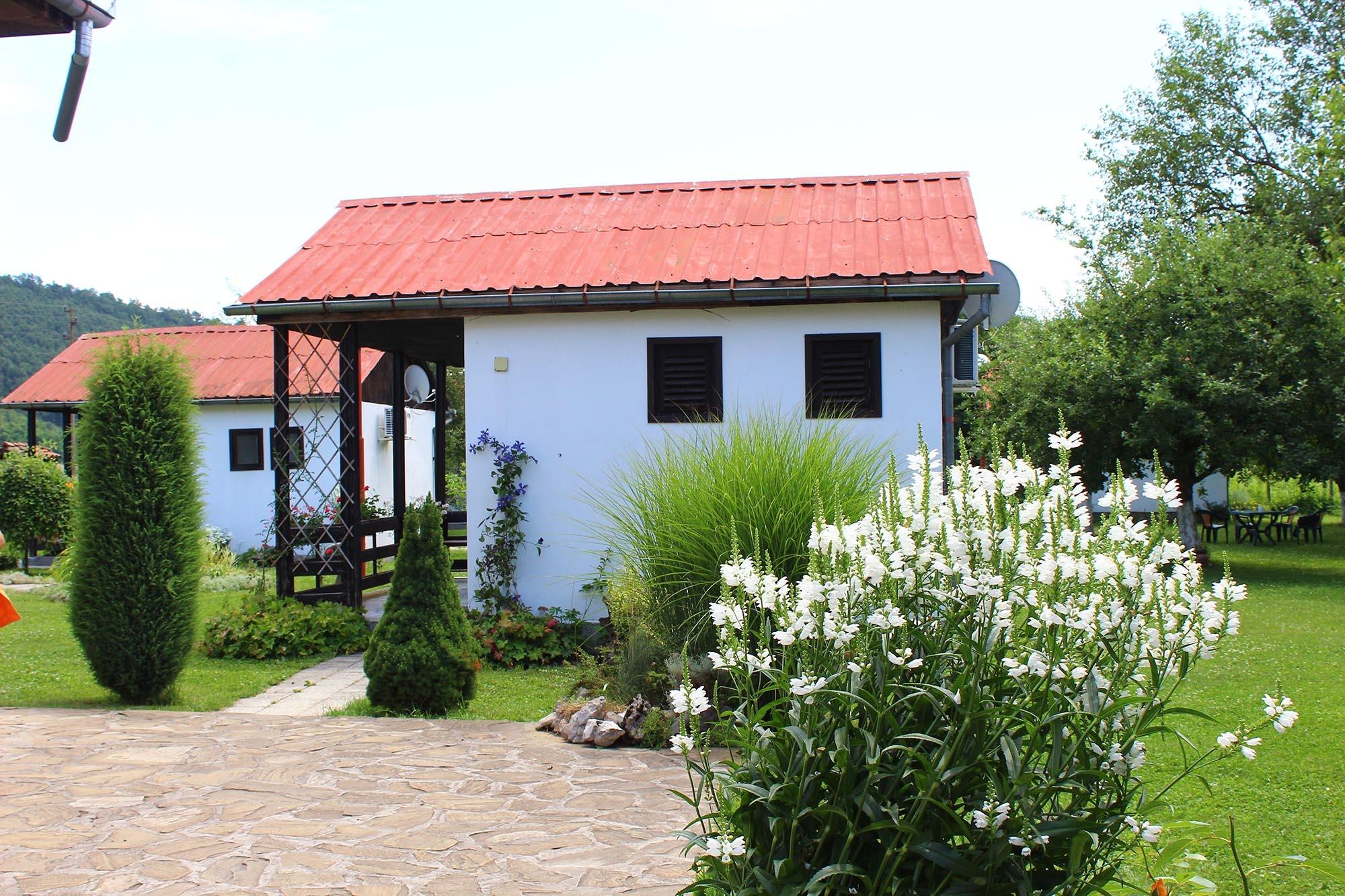 Нощувка за 2, 3, 4 или 6 човека + басейн, ресторант, механа и още удобства в бунгала Лъки край Елена - с. Долни Марян