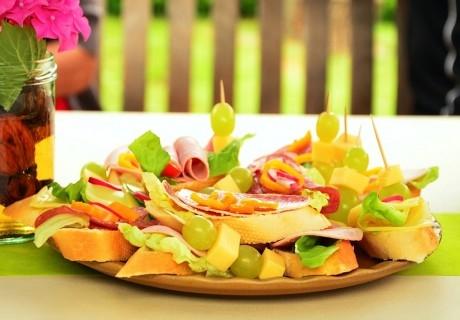 За празника: Коктейлни хапки, домашна лимонада + чаши и чинии за еднократна употреба от Кулинарна работилница Деличи, София