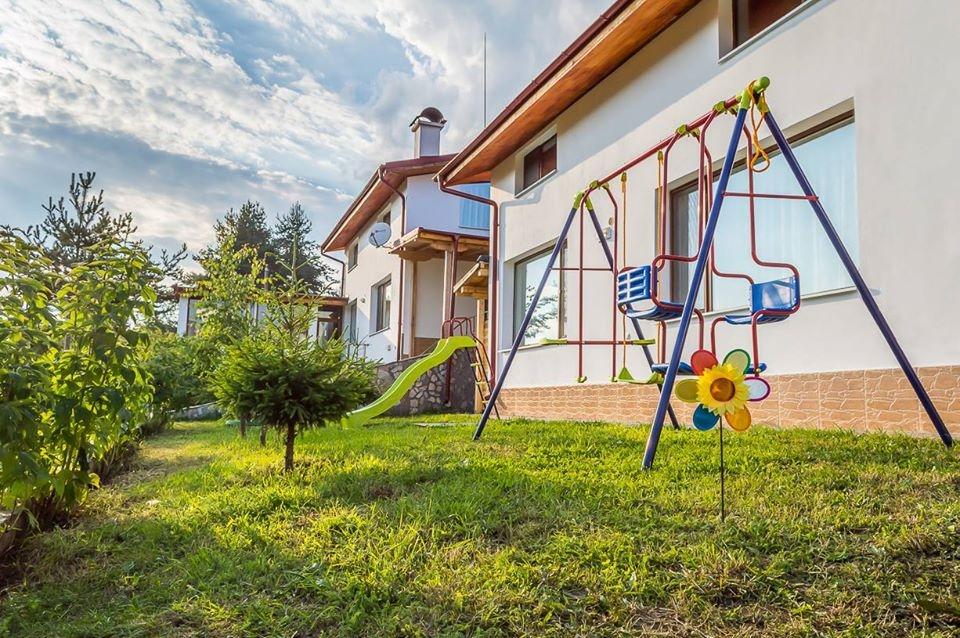 Нощувка за 6, 12 или 18 човека + голяма самостоятелна трапезария, детски кът и още в 3 уютни еднофамилни къщи Краси край язовир Батак