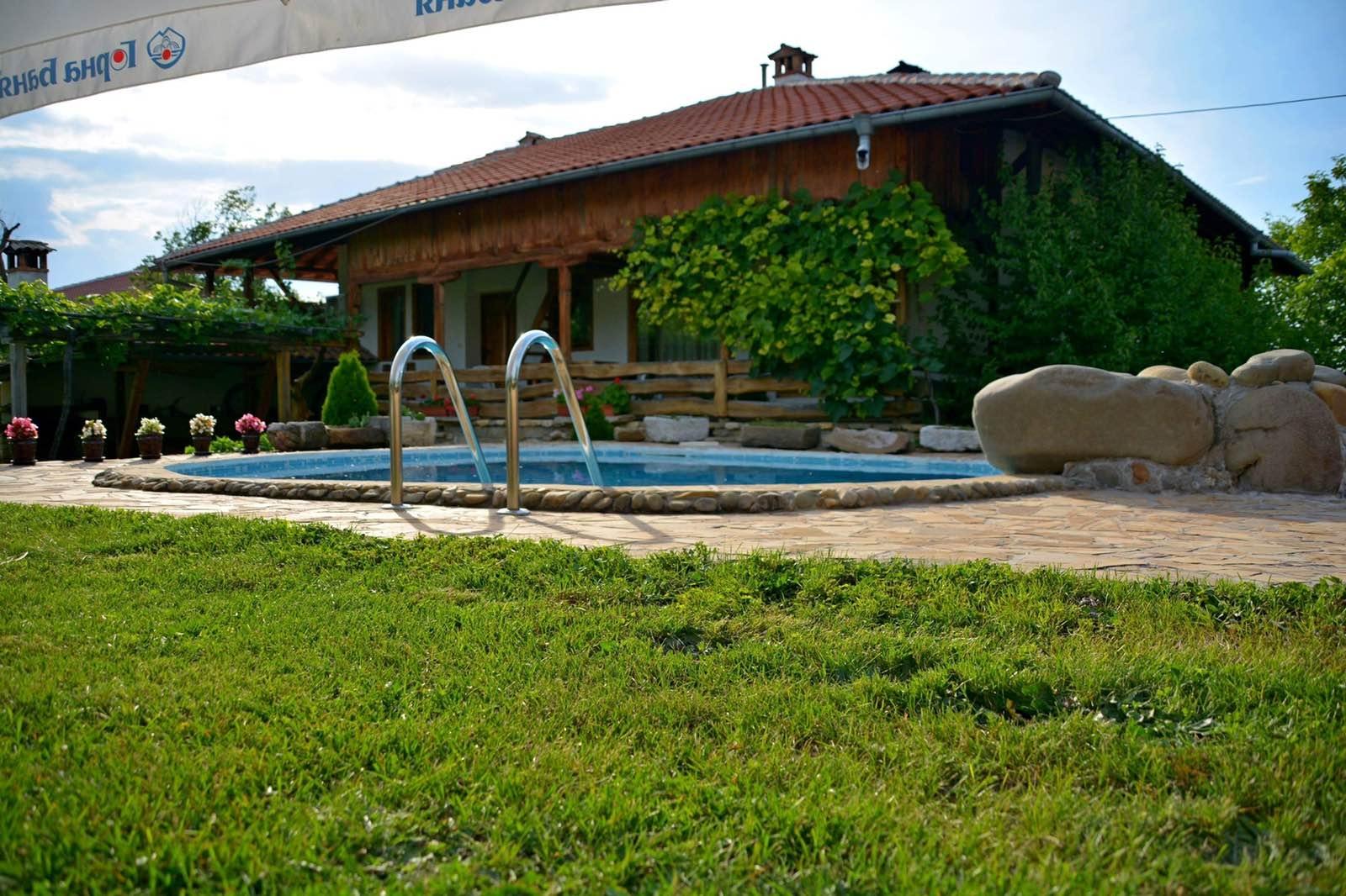 Нощувка за 25 човека + басейн и механа в къща При Чакъра в Арбанаси