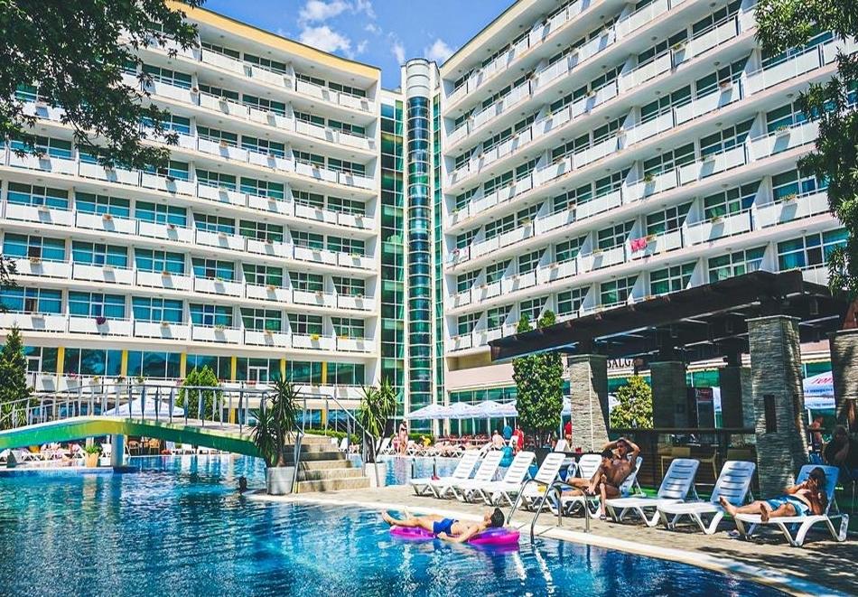 Лято 2020! Нощувка на човек на база All Inclusive + басейн в Гранд хотел Оазис, Слънчев бряг, само на 80 м. от плажа. БЕЗПЛАТНО-Дете до 13г.