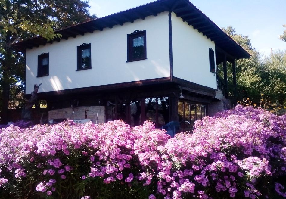 Нощувка на човек или наем на самостоятелна къща за до 12 човека от Къща за гости Възрожденска, с. Влайчовци, край Габрово.