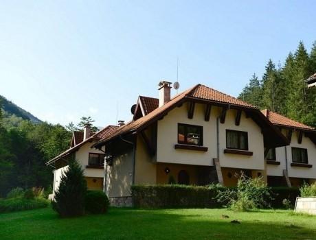 Нощувка за до 6 или до 36 човека + просторен двор, барбекю, СПА и още в Балкан Вили в Рибарица