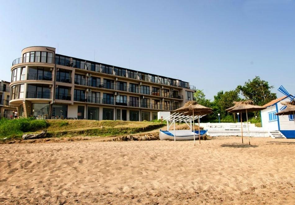 Късно лято на 1-ва линия в Черноморец! Нощувка за двама, трима или четирима със закуска и вечеря + чадър и шезлонг на плажа от Стаи за гости Лост Сити