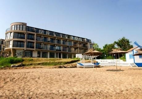 Нощувка за двама, трима или четирима със закуска и вечеря + чадър и шезлонг на плажа от Стаи за гости Лост Сити, Черноморец