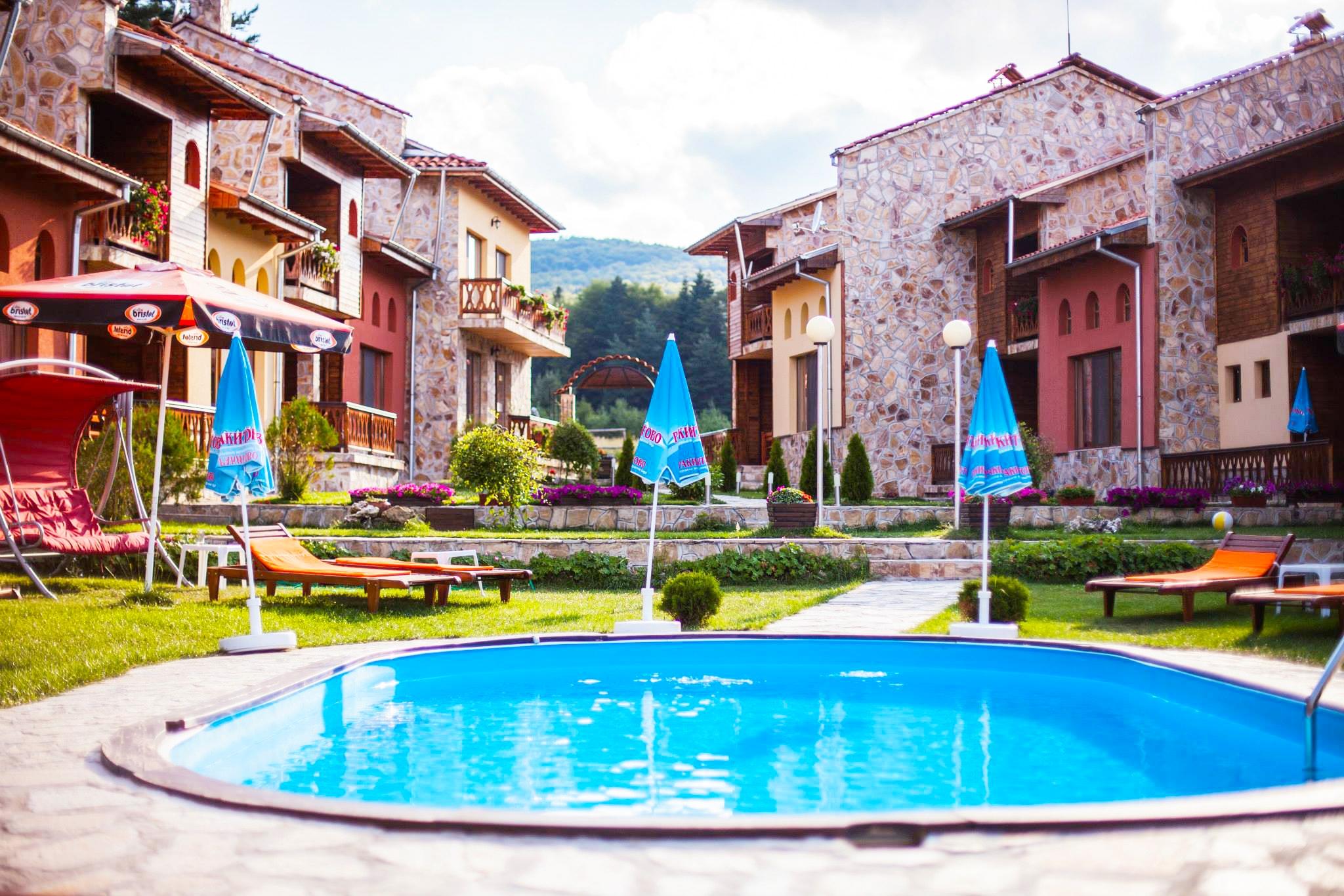 Лято 2020 край язовир Батак! Нощувка на човек със закуска и вечеря + басейн във Ваканционно селище Вивиана, Цигов чарк