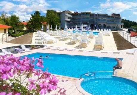 Нощувка за 2-ма, 3-ма или 4-ма + басейн, шезлонг и чадър в хотел Марая - на 150м. от плажа в Царево