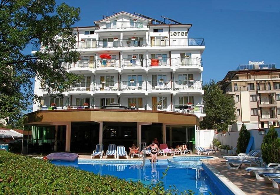 Нощувка на човек със закуска, обяд и вечеря в хотел Лотос, Китен до плаж Атлиман