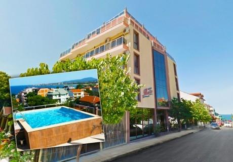 Нощувка на човек със закуска и вечеря + панорамен басейн в хотел Русалка, Китен