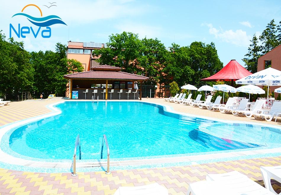 Нощувка на човек + басейн в хотел Нева, Китен, на 100м. от плаж Атлиман