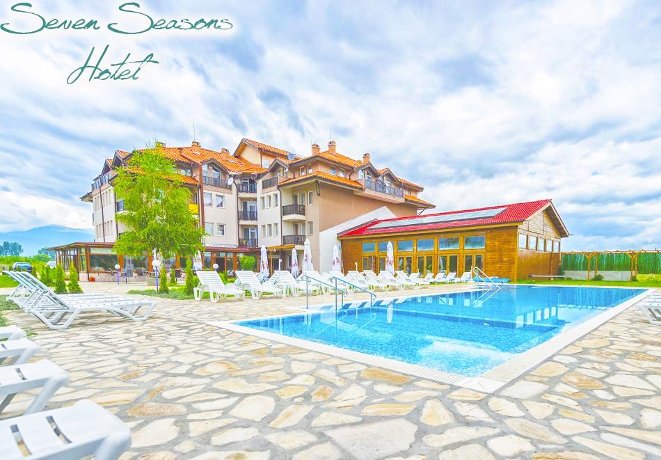 Нощувка на човек със закуска + 2 минерални басейна и релакс пакет в хотел Севън Сийзънс, с.Баня до Банско