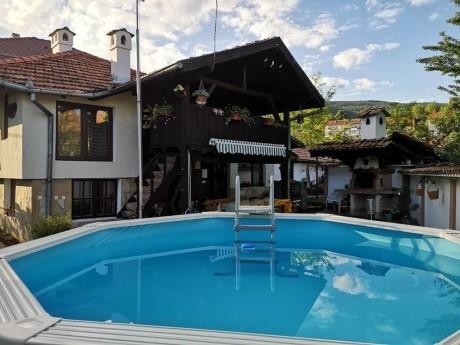 Нощувка за до 10 човека + басейн, механа и барбекю в Дядовата къща в Елена