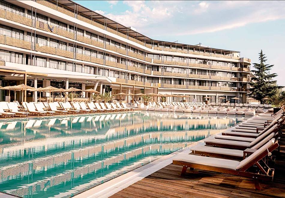 Нощувка на човек със закуска + 2 басейна в хотел Кукс Клуб, Слънчев Бряг