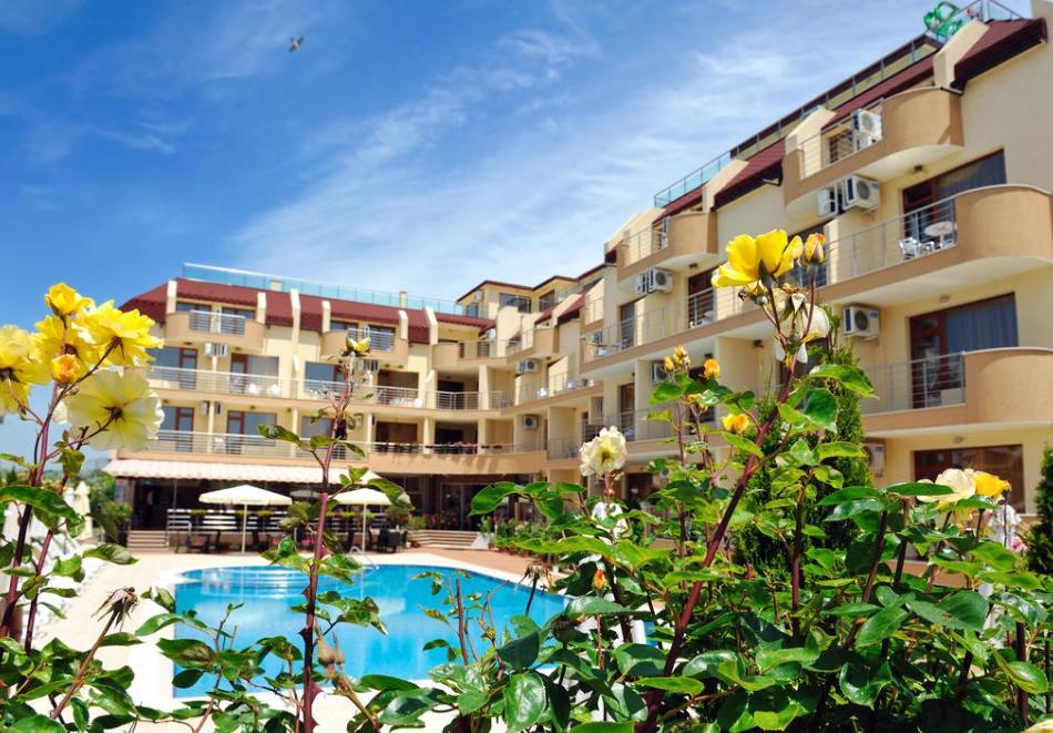 5 или 7 нощувки на човек със закуски и вечери*  + басейн в хотел Ирис***, Несебър на 100 метра от плажа