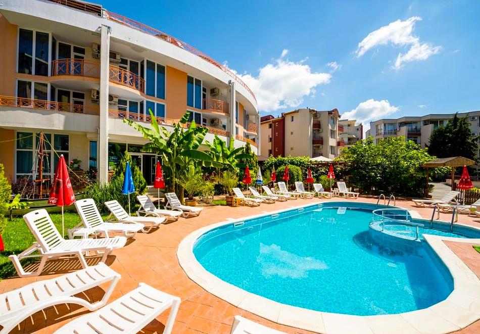 2 или 3 нощувки на човек със закуски + басейн в хотел Копакабана, на 50м. от плажа в Равда