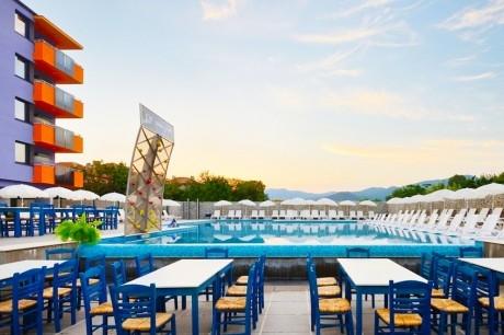 Нощувка за двама, трима или четирима + външен басейн в хотел Хелоу Хисар