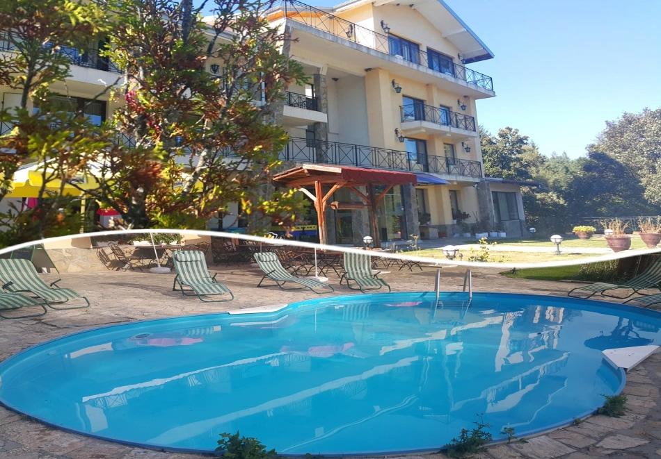 2 нощувки на човек със закуски, обеди и вечери + външен басейн в хотел Виа Траяна, Беклемето